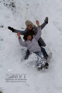Zinacantepec, Méx.- Una diez mil personas visitaron este dia el Volcan Xnantecatl o Nevado de Toluca donde se han registrado los ultimos dias nevadas de baja a mediana intensidad alcanzando en algunos puntos hasta 30 centimetros el nivel de nieve; los turistas hacen munecos y juegan con la nieve mientras que elementos de la SSC y de la Crtuz Roja realizan recorridos dando orientacion e incluso ayudandoles a descender de la parte alta a donde solo se puede legar a pie. Agencia MVT / Mario Vazquez de la Torre. (DIGITAL)