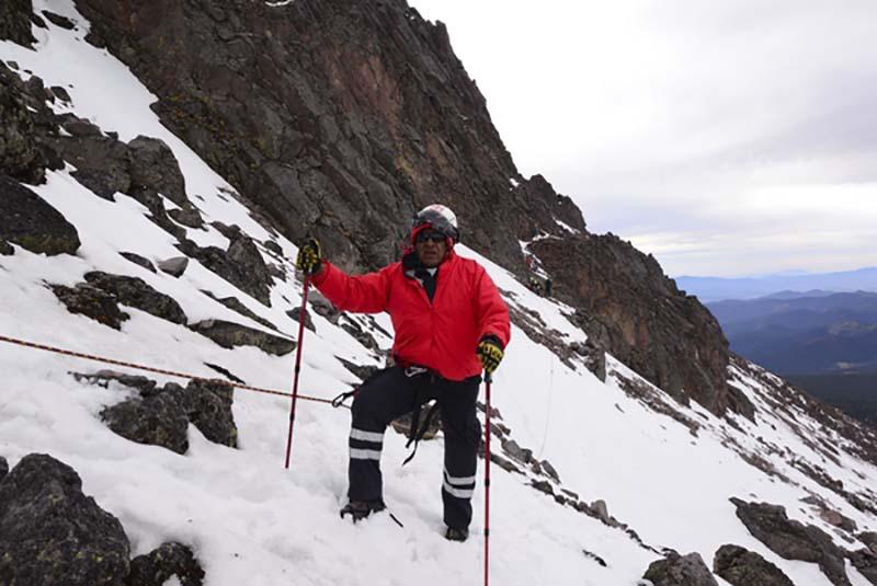 Zinacantepec, Méx.- Personal de Cruz Roja Delegación Toluca, SUEM, CESC y alpinistas participaron en el rescate de dos alpinistas que sufrieron una caída en el Pico del Águila, en el volcán Xinantécatl, la mañana del domingo. Agencia MVT / Crisanta Espinosa