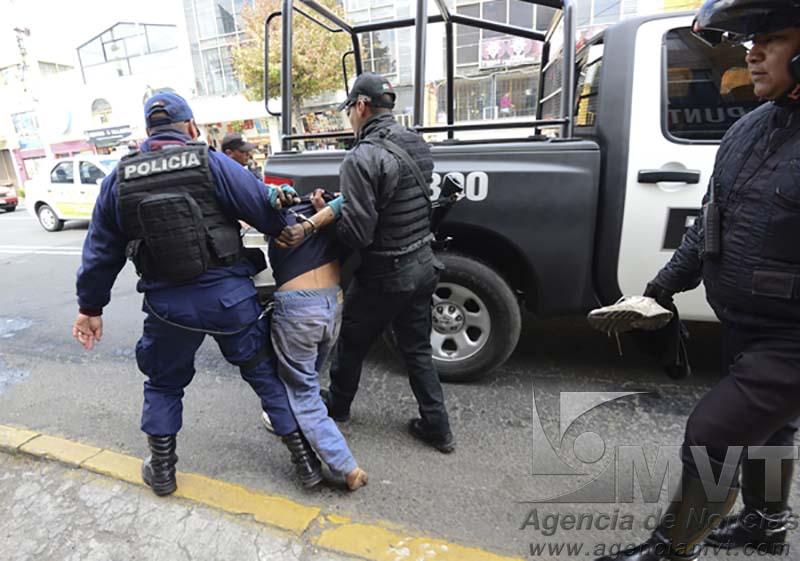 Toluca, México.- Dos personas detuvieron a un hombre que estaba agrediendo a automovilistas en la avenida Morelos  aventándole piedras a su paso, momentos después llegó la policía municipal de Toluca y se lo llevo detenido.  Agencia MVT / Crisanta Espinosa.