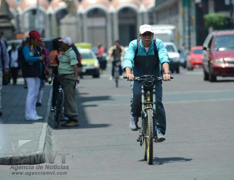 El uso de casco y guantes será obligatorio para ciclistas en la ciudad de Toluca. Agencia MVT / Arturo Hernández