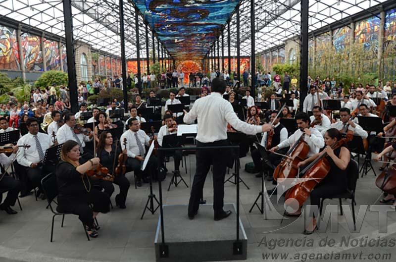 """Toluca, México.- En homenaje al Artista Plástico, Leopoldo Flores, La Orquesta Filamónica de Toluca (OFIT) ofreció un concierto dentro del Jardín Botanico, """"Cosmovitral"""". Agencia MVT / Arturo Hernández."""