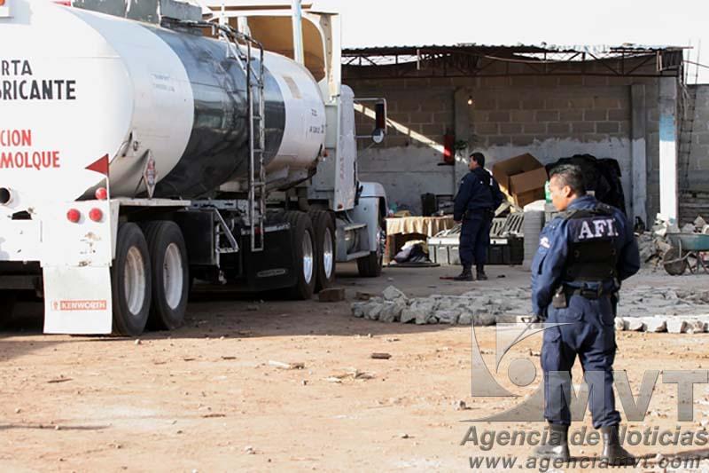 Toluca, Mex.- Agentes federales del AFI, agentes del MP federal y personal de PEMEX realizan un cateo a una propiedad que servia de almacenaje en el poblado de San Pablo Autocpan y donde decomisaron trailers con pipas de combustible, camiones con tanques ocultos y al menos 130 mil litros de gasolina adulterada misma que fue robada a Petroleos de Mexico asi como la captura de una persona. Agencia MVT / Mario Vazquez de la Torre. (DIGITAL) NO ARCHIVAR - NO ARCHIVE