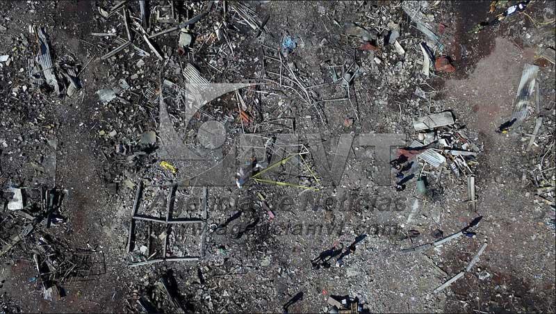 Tultepec, México.- Personal militar y peritos forenses continúan con la búsqueda de cuerpos y analizando evidencias entre los restos del mercado de San Pablito que ayer fue destruido por una explosión geeralizada de pirotecnia que dejo a 29 personas muertas y 72 lesionadas (imagen aérea tomada con Drone). Agencia MVT / Mario Vazquez de la Torre.