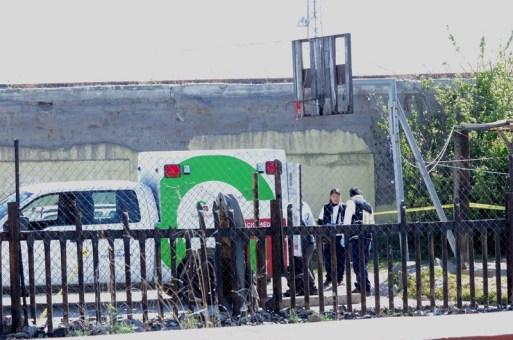 Encuentran cadáver colgado en canasta de basquetbol en Toluca