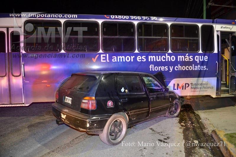 METEPEC, Mexico.- Los tripulantes de un automovil huyeron luego de impactarse y quedar debajo de un autobus de pasajeros de la STUT en Av. Las Torres antes de Blvr. Tecnologico. Agencia MVT / Mario Vazquez de la Torre.